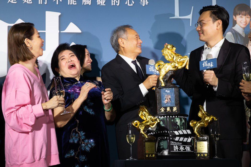 「孤味」慶功宴,李安(中)來祝賀。記者季相儒/攝影