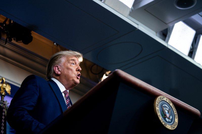 紐時報導,美國總統川普及其高階官員正竭盡所能在戰爭、司法、貿易及經濟等議題上,推出新政策,限縮總統當選人拜登未來上任後的施政選項。圖為川普20日在白宮召開記者會。紐約時報