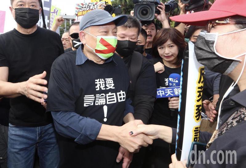 蔡衍明下午也參加秋鬥遊行。記者胡經周/攝影