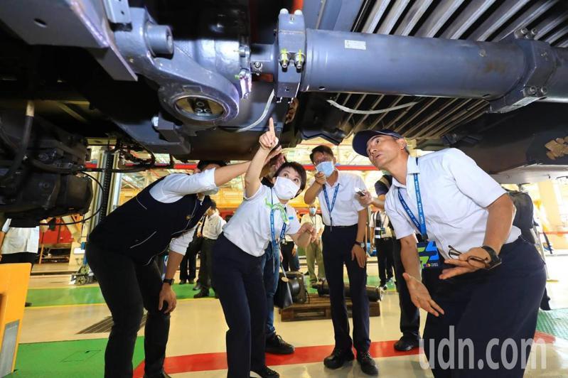 台中捷運第17列車連結器斷裂,市長盧秀燕到現場了解,要求安全至上。圖/台中市政府提供
