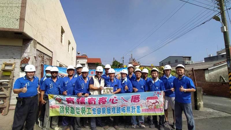 關懷弱勢者,台南市府勞工局動員修繕志工協助修屋。記者謝進盛/翻攝