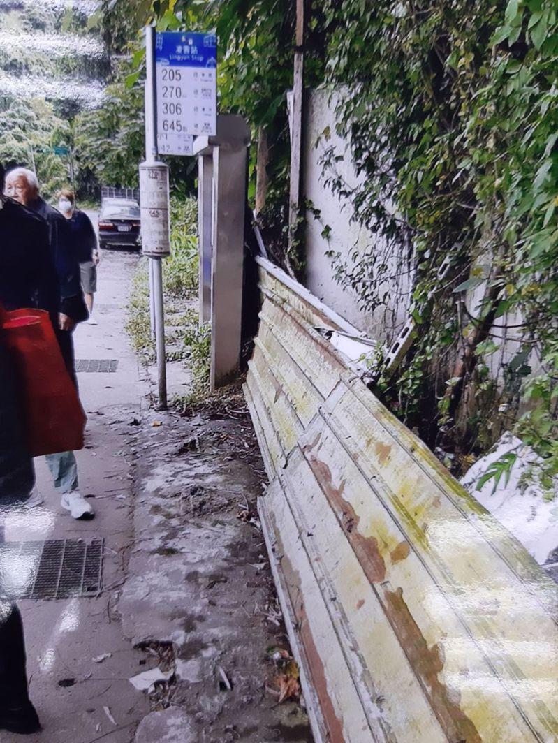 南港區九如里的公車站位原設有公車候車亭,但因占用私人土地而被拆除。圖/王姓讀者提供
