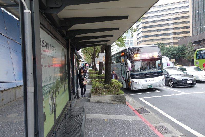 北市目前有3300個公車站位,其中1300個站位有加裝候車亭。聯合報系資料照