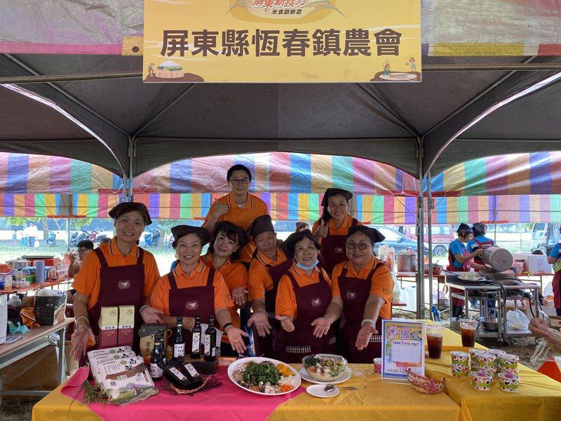 屏東縣恆春鎮農會家政班的成員們製作飯湯料理。記者劉星君/攝影