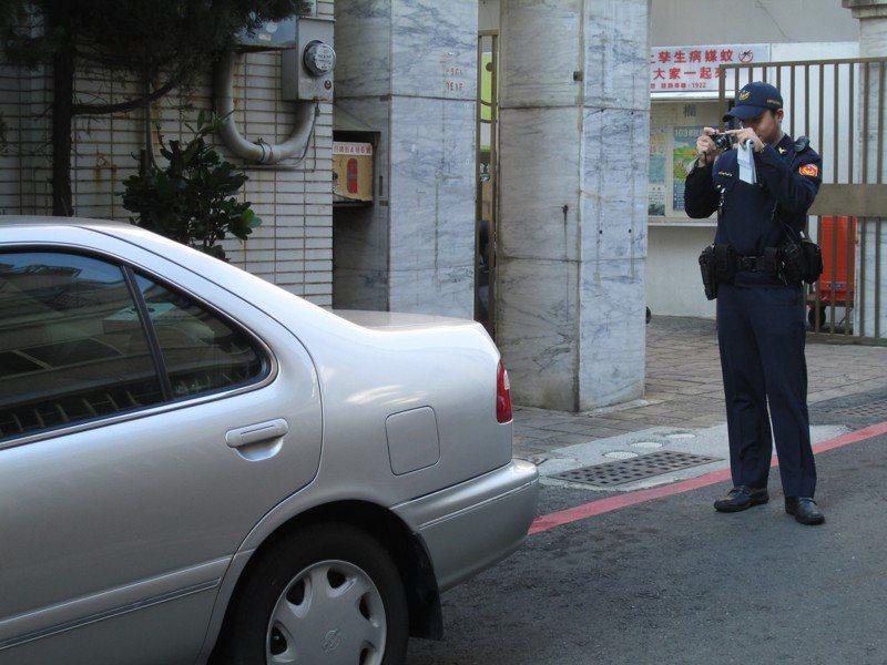 不少民眾忘記交通違規是要記點的,伴隨而來的就是吊扣、甚至吊銷駕照得重考。此為示意圖,照片中人物與新聞事件無關。圖/聯合報系資料照片
