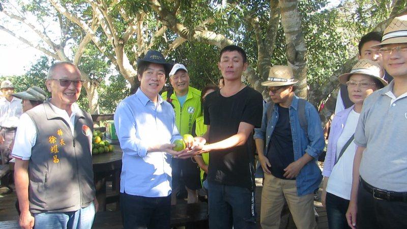 副總統賴清德今天走讀「樟之細路」苗栗縣大湖鄉老官道,受到熱烈歡迎。記者范榮達/攝影
