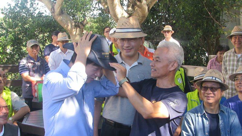 副總統賴清德走讀「樟之細路」苗栗縣大湖鄉老官道,受到熱烈歡迎。記者范榮達/攝影
