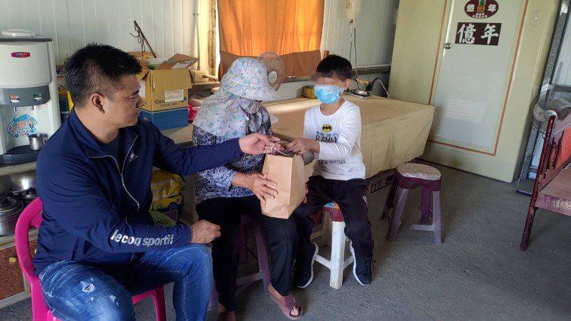 知名直播主林揚竣(左)獲知台西小五男童家境後,主動表示願贊助林童學費,今天他專程拜訪林家人。記者陳苡葳/攝影