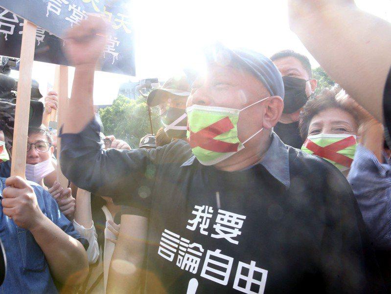2020「秋鬥」遊行昨天在凱道集結登場,旺旺集團總裁蔡衍明蔡衍明,身著「我要言論自由」的黑色T恤,口戴貼有紅色叉叉的綠色口罩出席支持。記者黃義書/攝影
