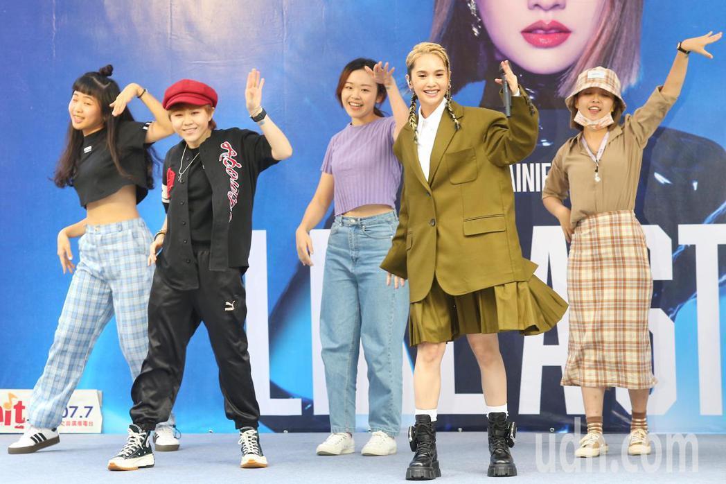 楊丞琳(右二)即興Cue歌迷上台合跳「BAD LADY」。記者林伯東/攝影