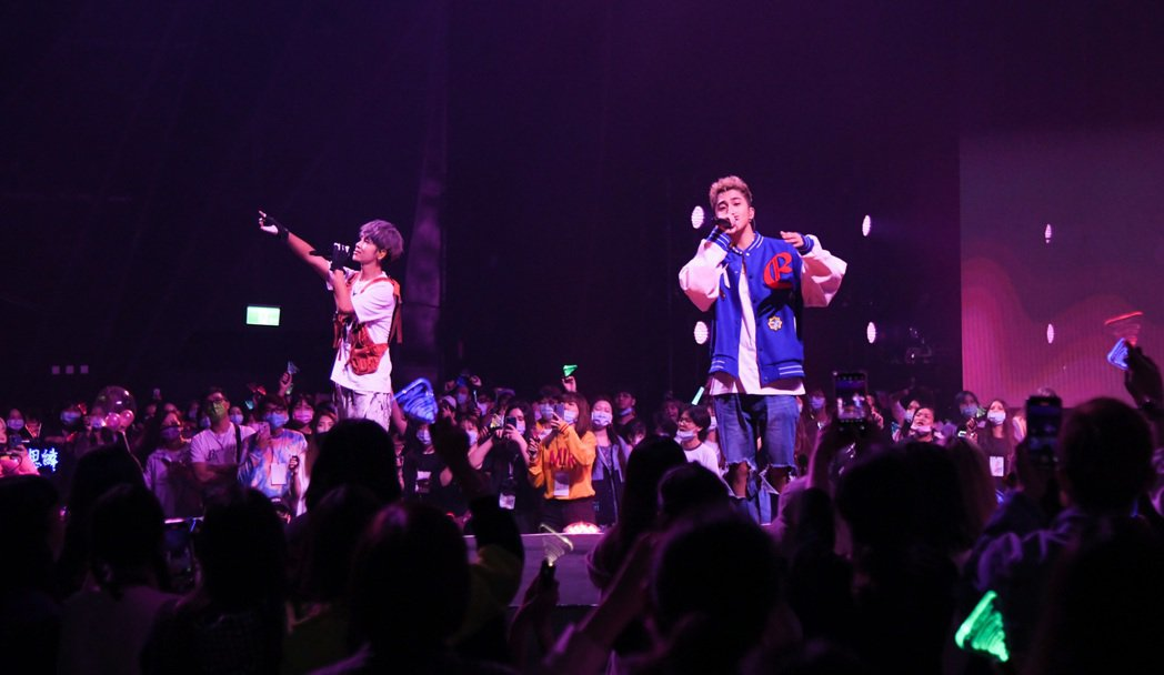 鼓鼓(左)邀來婁峻碩獻唱「告白氣球」一曲,氣氛浪漫。圖/相信音樂提供