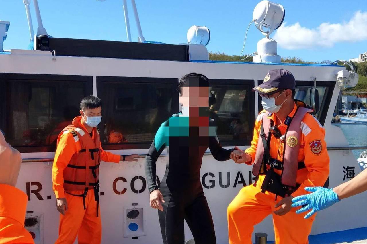 潛水客在墾丁外海漂浮 用僅剩的力氣揮手向巡防艇求援