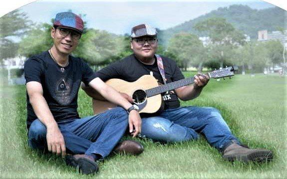台中市大里區立新國中校長張嘉亨(左)熱愛唱歌,並友人孫懋文合組二重唱團體「忘年知音」。圖/取自張嘉亨臉書