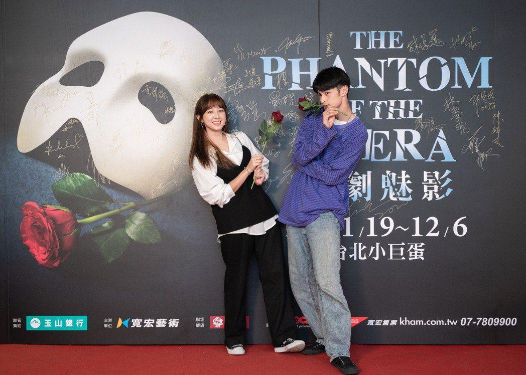 洪詩帶師弟羅奕傑(右)來欣賞「歌劇魅影」。圖/寬宏提供