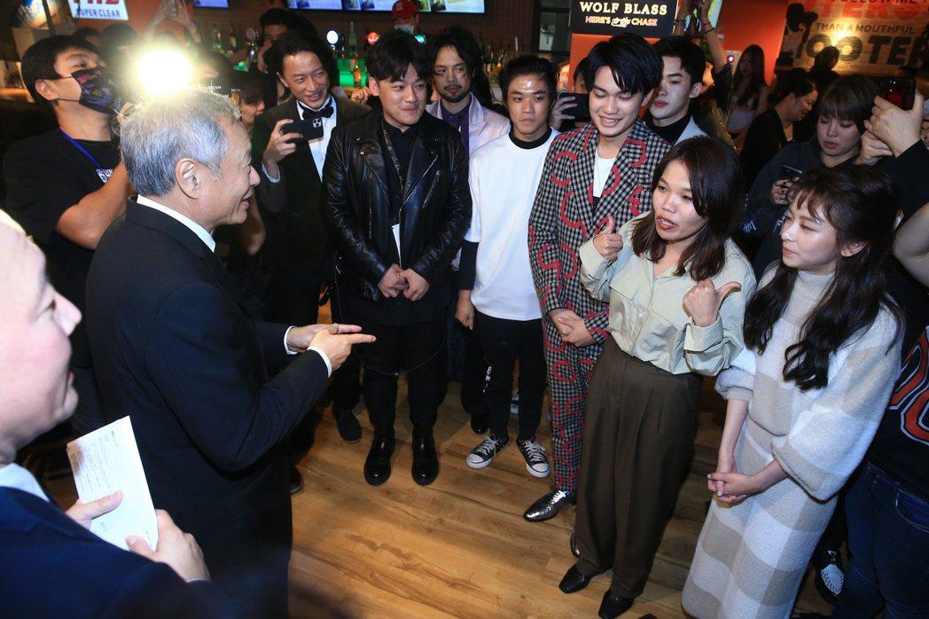 導演李安(左)巡迴金馬慶功宴,在「無聲」劇組演員陳妍霏(右起)、導演柯貞年、演員...