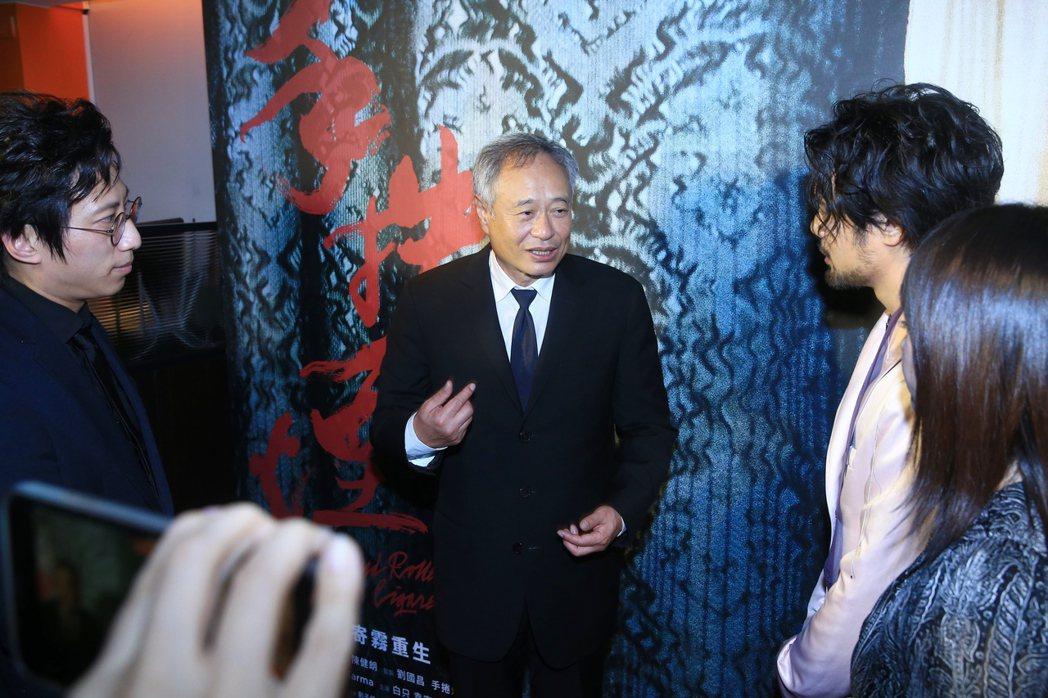 導演李安現身「手捲煙」慶功宴,與該片導演陳健朗(右)簡單交談。記者林伯東/攝影