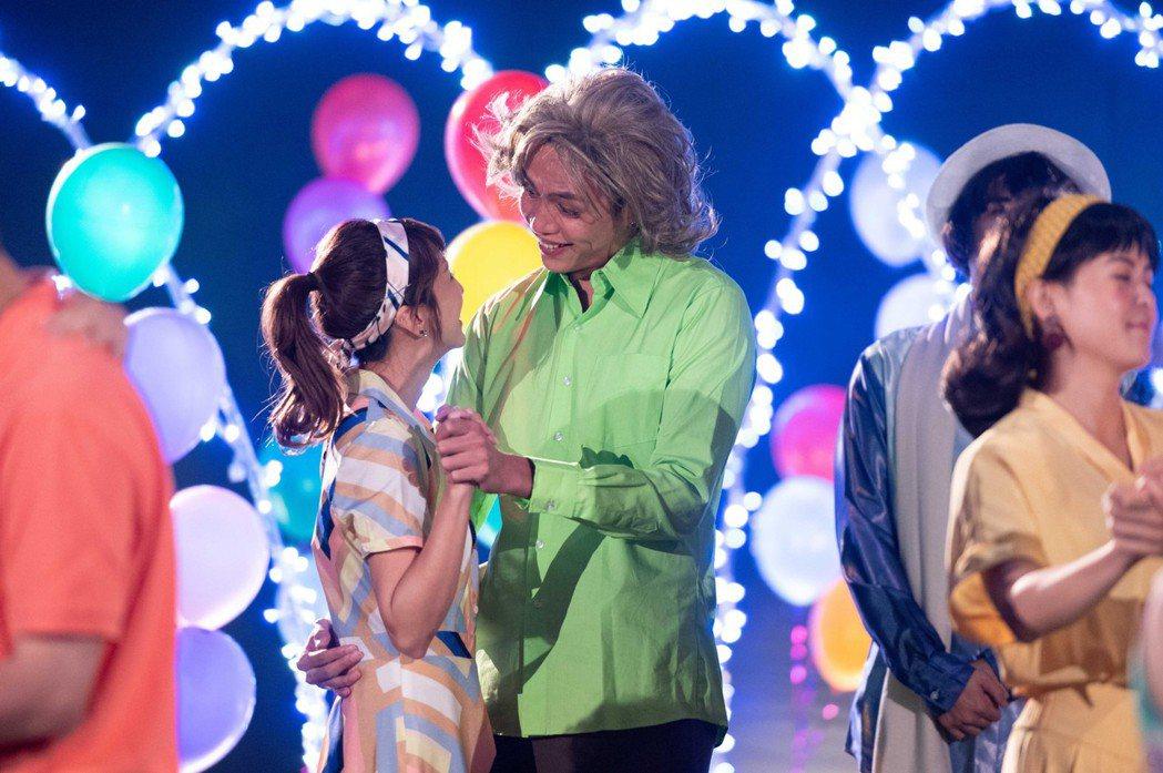 鯰魚哥林建予(右)演出「女力報到」,在一場復古趴中,向潘嘉麗示愛。圖/TVBS提...