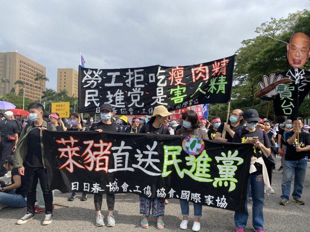 參與秋鬥遊行的勞團高喊勞工拒吃瘦肉精、萊豬直送民進黨。記者葉冠妤/攝影