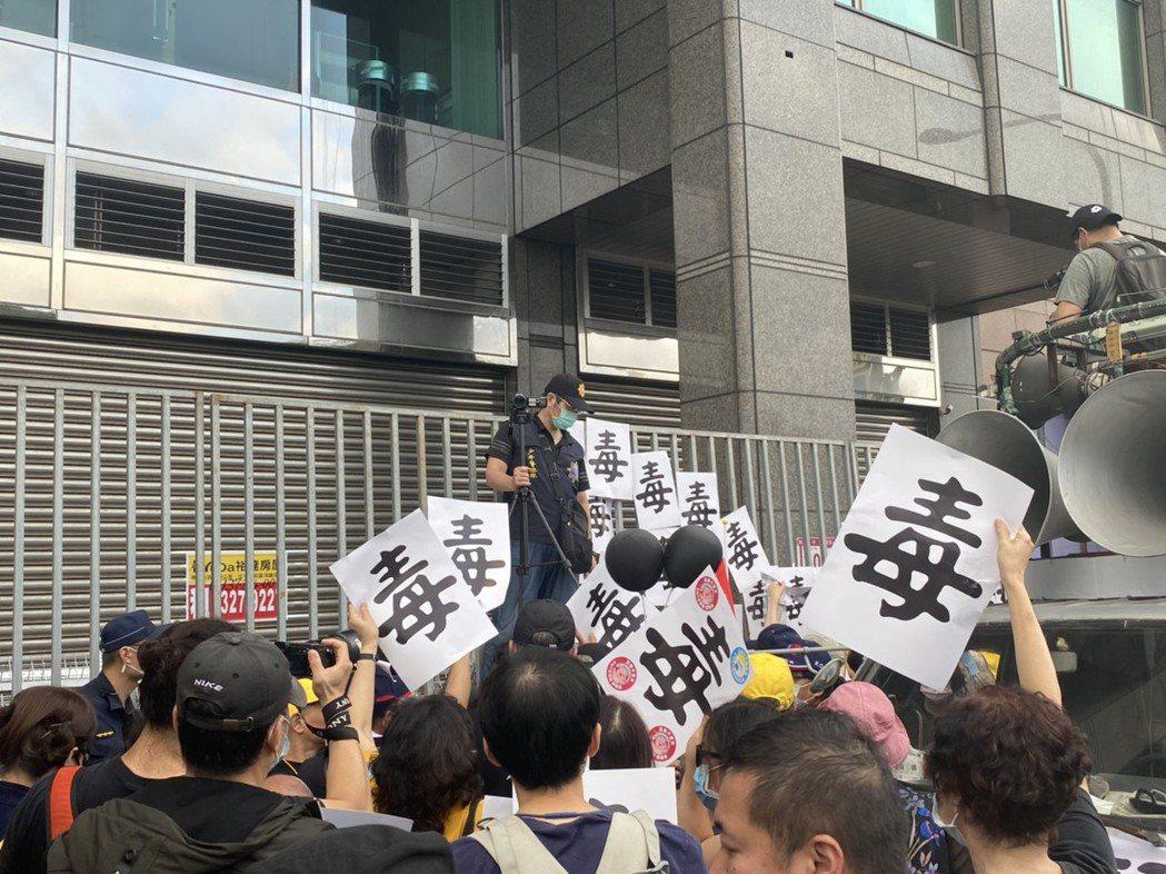 秋鬥遊行於下午4點半左右結束,民眾紛紛將年度代表字「毒」字牌貼往民進黨部前拒馬。...