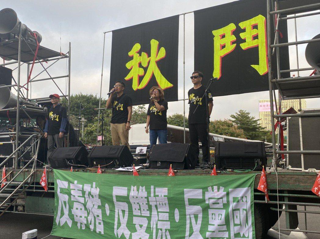 秋鬥主辦單位以拖板車為舞台,分別在凱道、民進黨部前喊話。記者葉冠妤/攝影