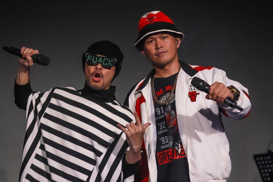 黃明志(左)邀來大支同台合唱「鬼島」。圖/亞洲通文創提供