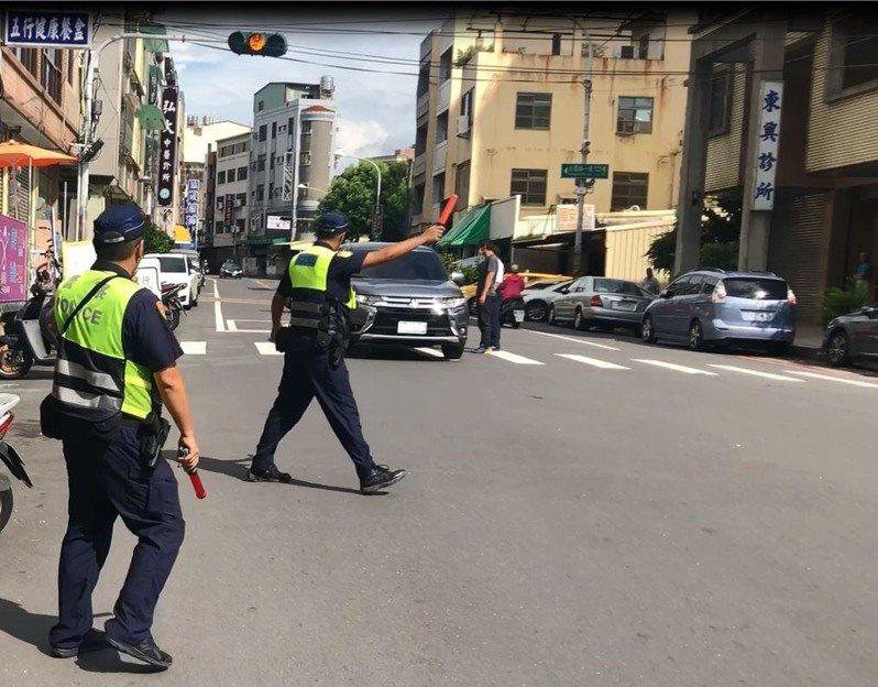 警方經常執行交通大執法,民眾要小心部分交通違規需記點,半年內滿6點就要吊扣駕照一個月。圖/彰化縣警局提供