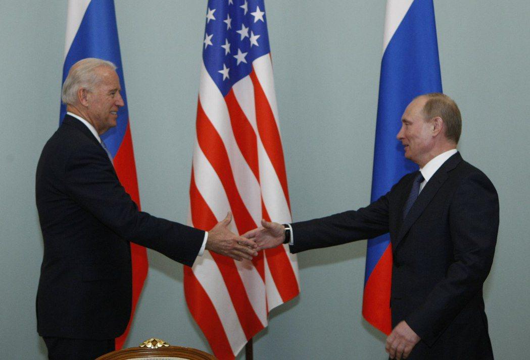 俄國總統普亭22日稱還未祝賀拜登(左)勝選,並非別有用心,圖為兩人2011年在莫...