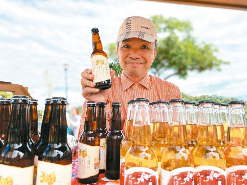 新竹縣橫山鄉農民曾揚景2年前因在地柑橘生產過剩,研發出茂谷啤酒。記者陳斯穎/攝影