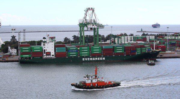 海運貨櫃需求緊俏,運價全面上漲。圖為高雄港貨櫃。(本報系資料庫)