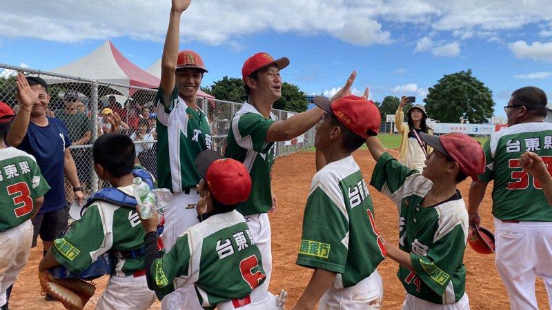 紅葉少棒首度在關懷盃奪冠,小球員很興奮。記者陳宛晶/攝影