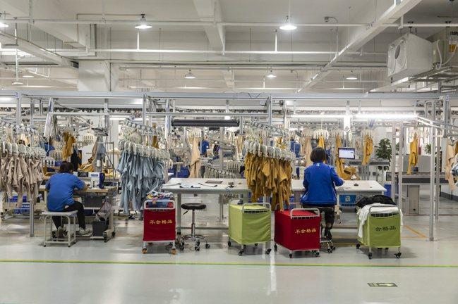 中國最大企業阿里巴巴祕密試驗三年,打造名為「迅犀」的智慧工廠,未來將提供製造商數...