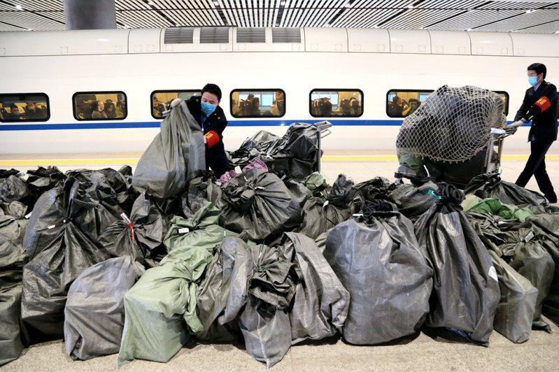 今年中國大陸鐵路「雙11」電商黃金周運輸自11月1日開始,持續至11月20日,較往年運輸時間延長10天。圖為從西安北運往廣州南的高鐵列車。(中新社)
