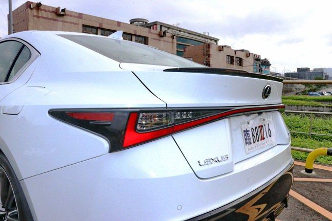 與UX車型類似的L-Shaped貫穿式LED尾燈組。記者陳威任/攝影