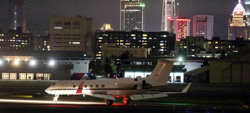 昨晚一架美國海軍灣流五的私人飛機降落松山機場,外交部表示此行程並未公開,沒有進一步說明。記者侯永全/攝影