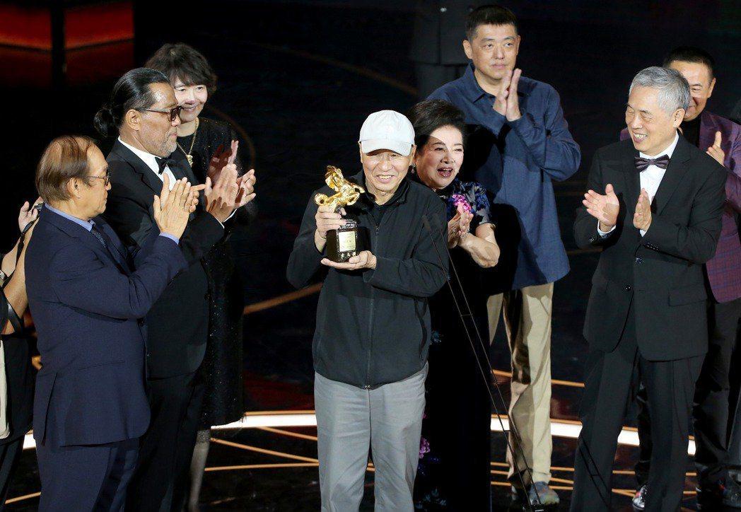 侯孝賢(中)獲頒終身成就獎,合作過的影藝人員一同上台獻獎。 圖/季相儒攝影