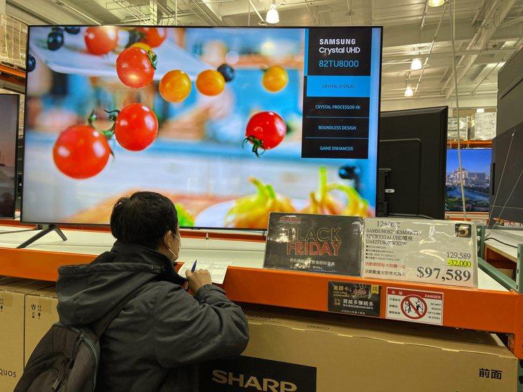 好市多黑色購物節今天開跑,主打82吋電視97589元。民眾當場填單購買。記者陳易...