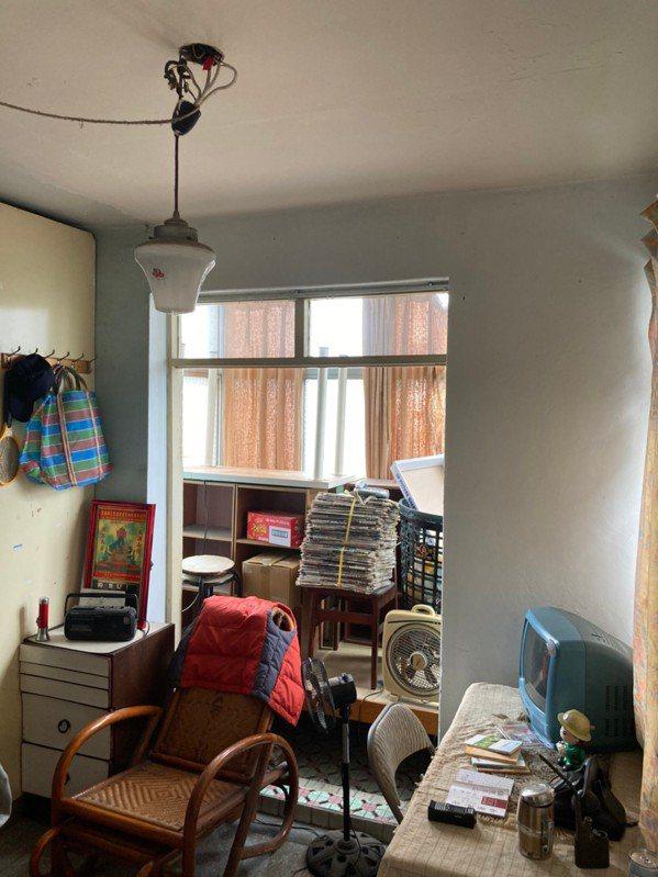 體驗屋位在南機場夜市旁的老舊公寓3樓,已多年無人居住,弘道特別向屋主承租3個月,...
