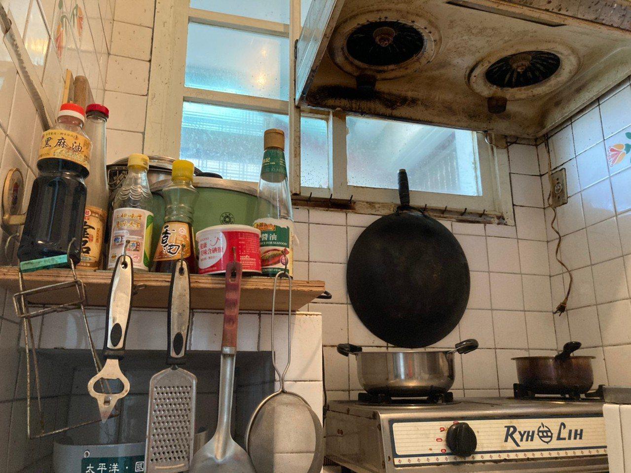 體驗期間只提供一包袖珍包面紙,晚餐可以煮麵配罐頭,早餐則有簡單的餅乾跟八寶粥