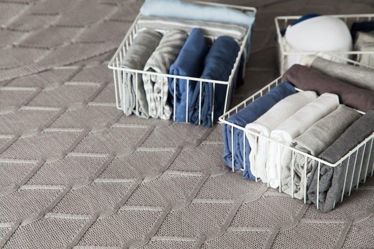 收納用的整理籃或盒子,盡量統一尺寸,就不容易有雜亂感。 圖/取自50+(Fift...