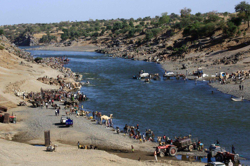 儘管蘇丹設有臨時的難民庇護所與帳篷,但接連不斷湧入的難民潮已造成人滿為患的極限困...