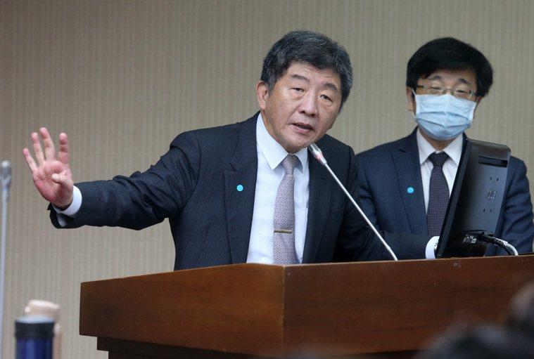 衛福部長陳時中(左)前往立法院社會福利及衛生環境委員會備詢。 記者胡經周/攝影