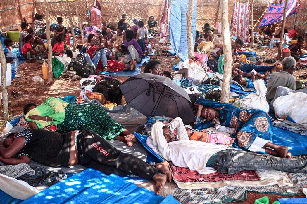圖為16日,蘇丹東部加達里夫省的翁拉庫巴難民營(Um Rakuba camp)。...