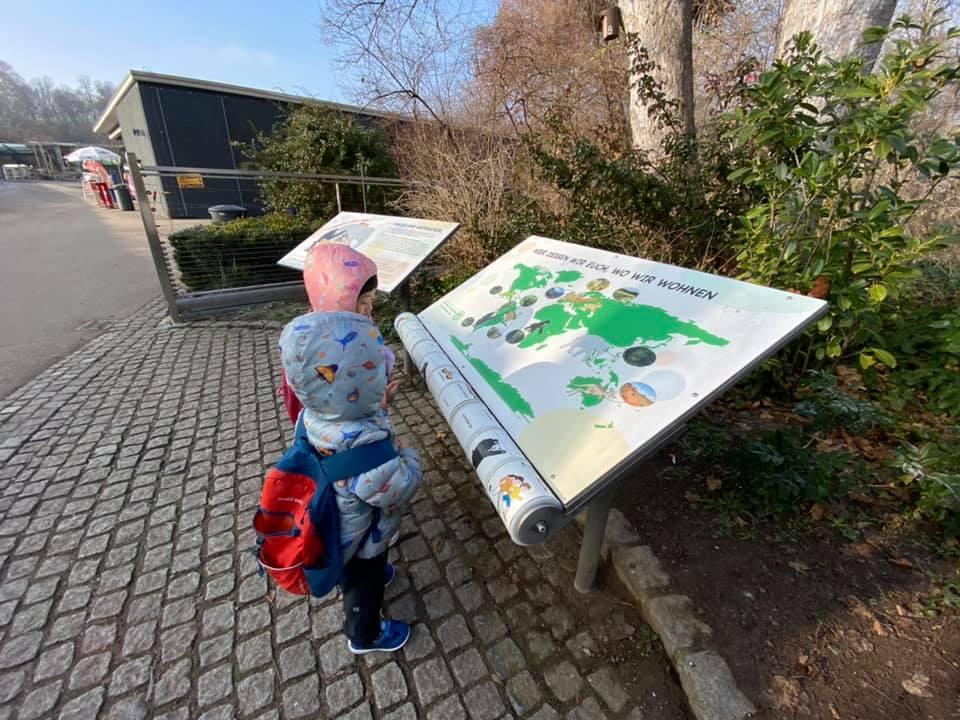 園區入口有一個孩子高度的互動告示牌。 圖/作者提供
