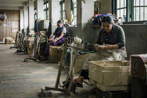 © 尹雯慧 位於大吉嶺的藏人難民自助中心,紡毛線部門只剩下三位奶奶,偌大的空間顯...