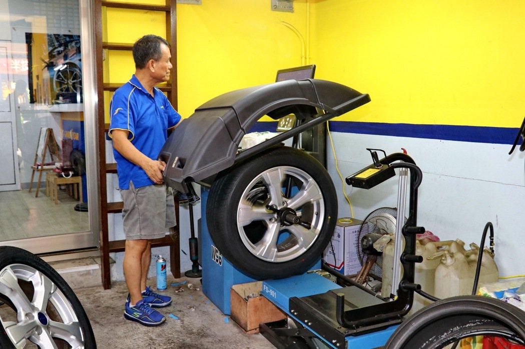 振吉輪胎老闆相當認真進行輪胎測試。 記者陳威任/攝影
