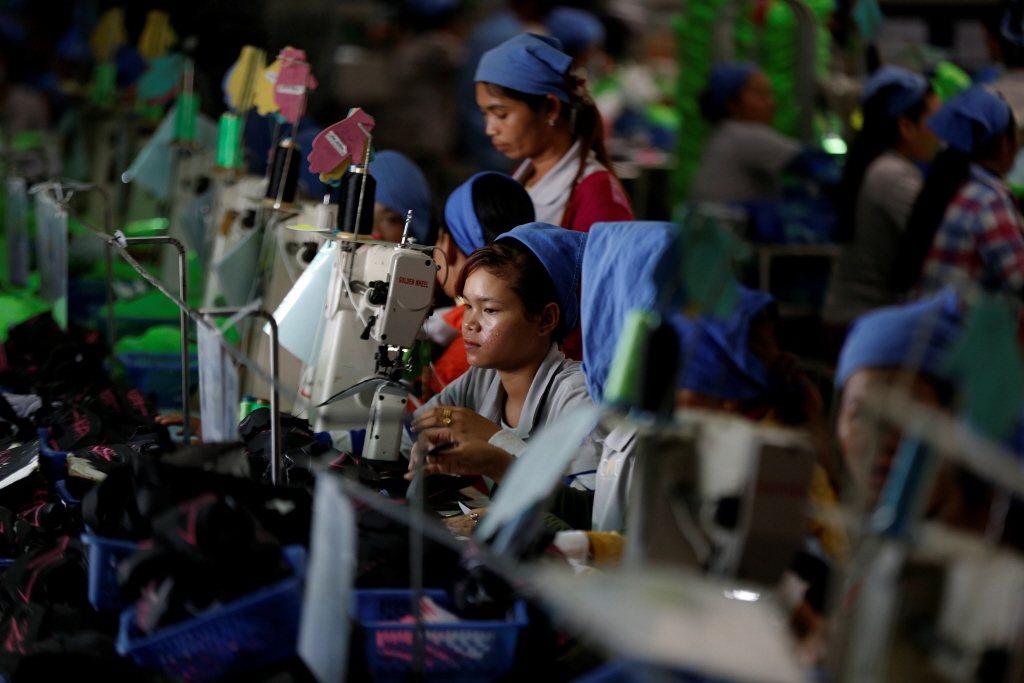 台商可以保持台灣核心產品生產,並以分散生產據點的方式,來達到降低關稅的效應。圖為台商在柬埔寨的工廠。 圖/路透社