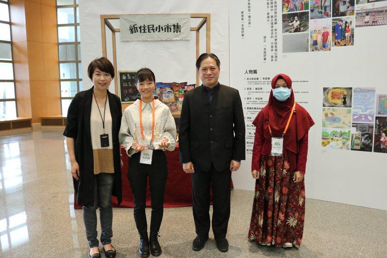 雙料得主吳佳穎(左二)與吳明機副市長(右二)、龔雅雯文化局長(左一)合影。(圖/新北市文化局提供)