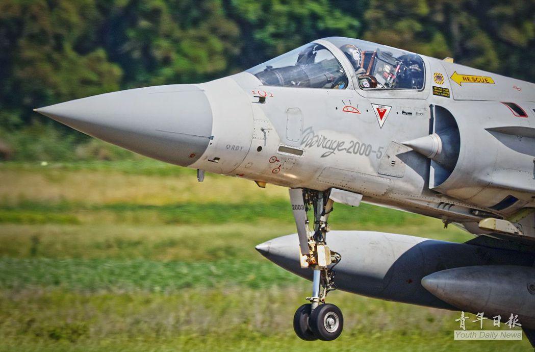幻象2000戰機每小時的操作成本數倍於另外兩款主力戰機。 圖/青年日報
