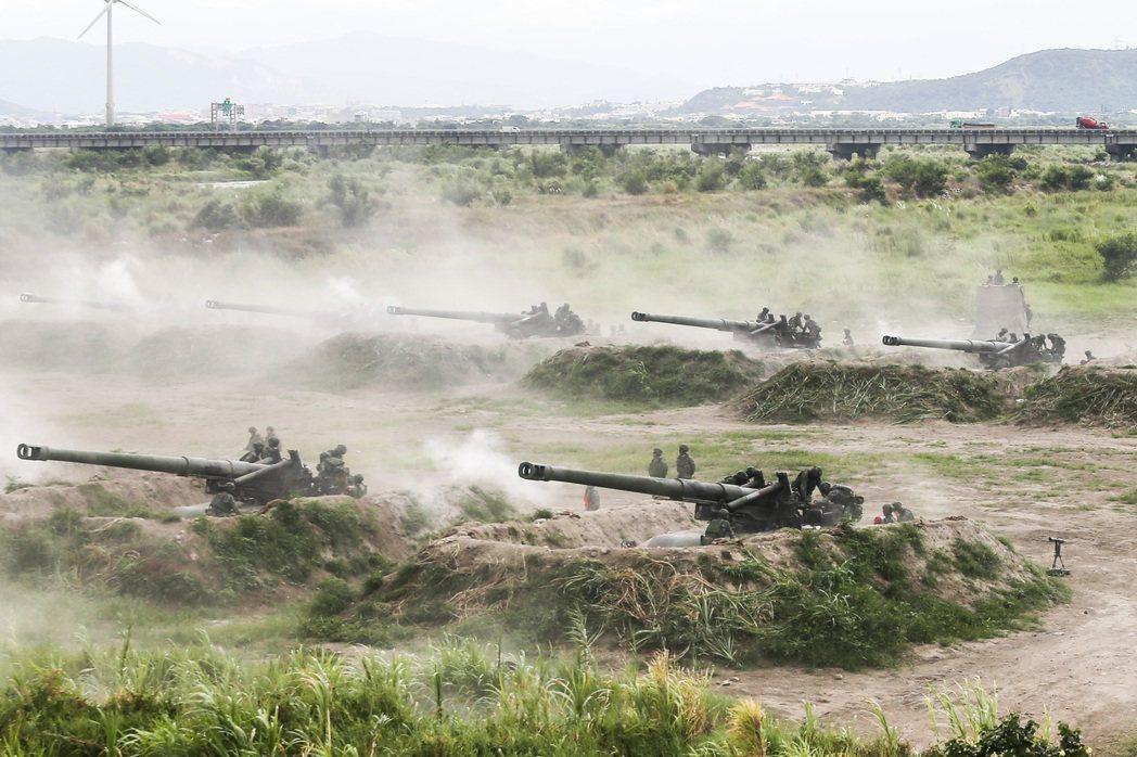 三軍聯合反登陸操演,M110A2自走炮對海上目標進行射擊。 圖/聯合報系資料照
