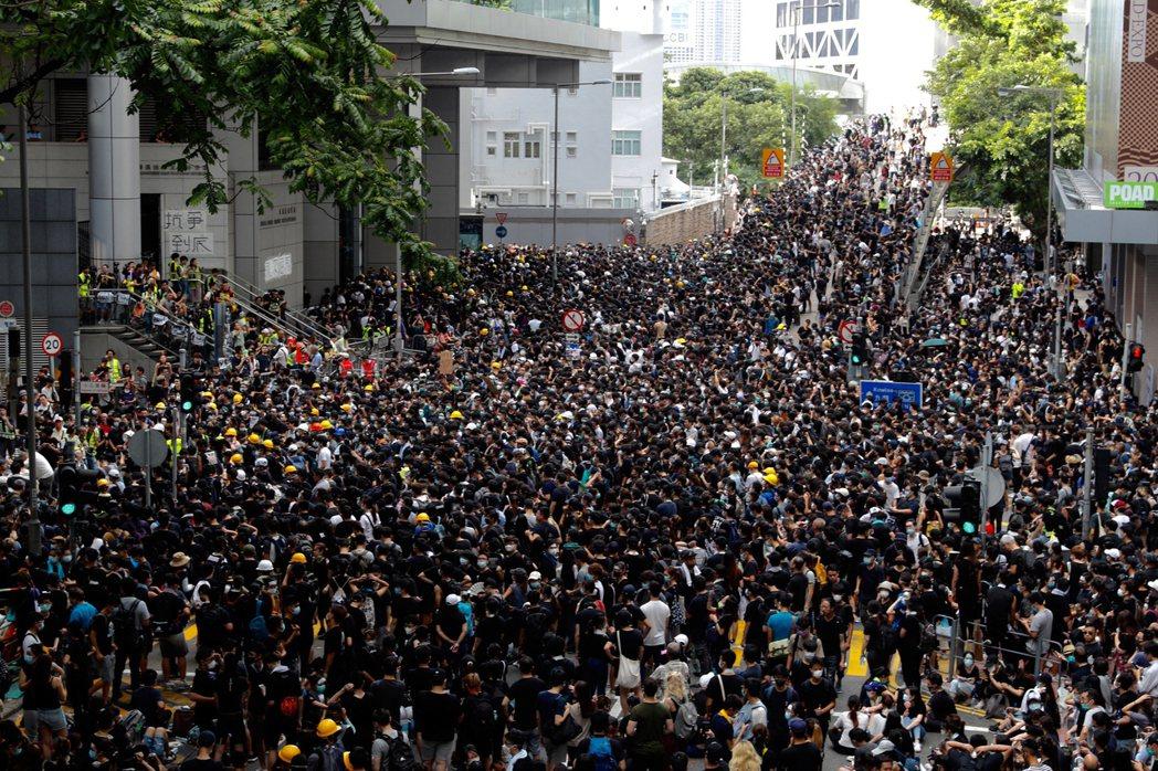 2019年6月21日,包圍香港警察總部的示威遊行。 圖/美聯社